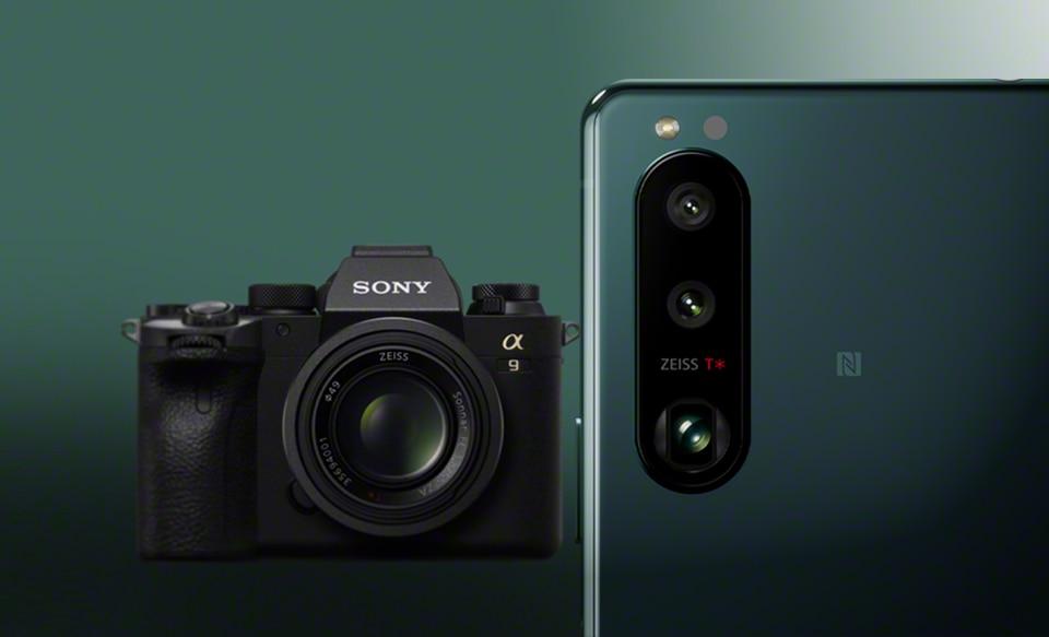 Xperia 5 III в зеленом цвете и камера Alpha 9 на заднем фоне