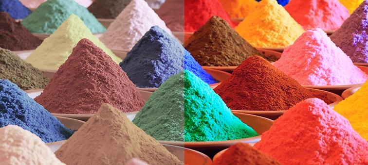 Изображение разноцветных куч песка, иллюстрирующее цветовой диапазон технологии Triluminos PRO
