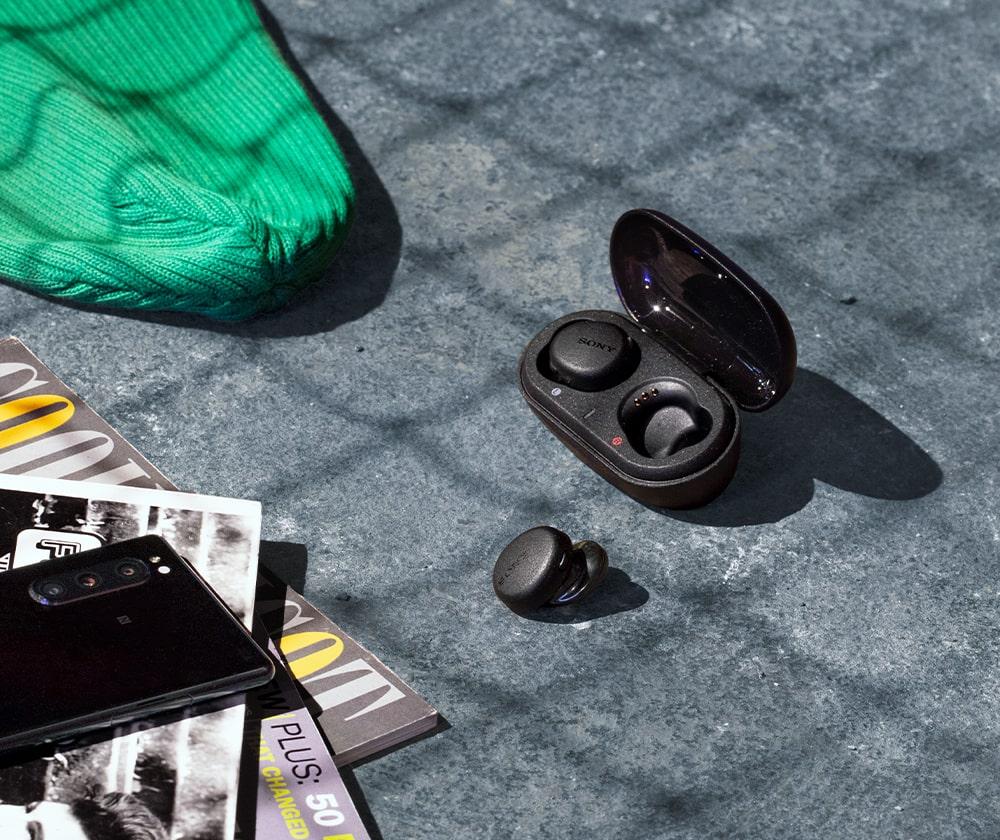 Изображение наушников WF-XB700 и зарядного чехла