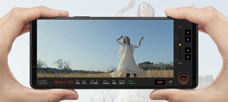 Xperia 1 III используется для съемки видеоматериала в замедленном режиме