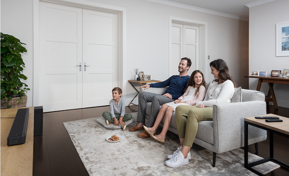 Семья в гостиной с установленным HT-G700