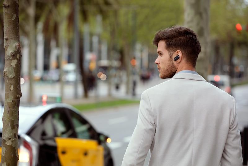 Изображение мужчины на прогулке в наушниках WF-1000XM3