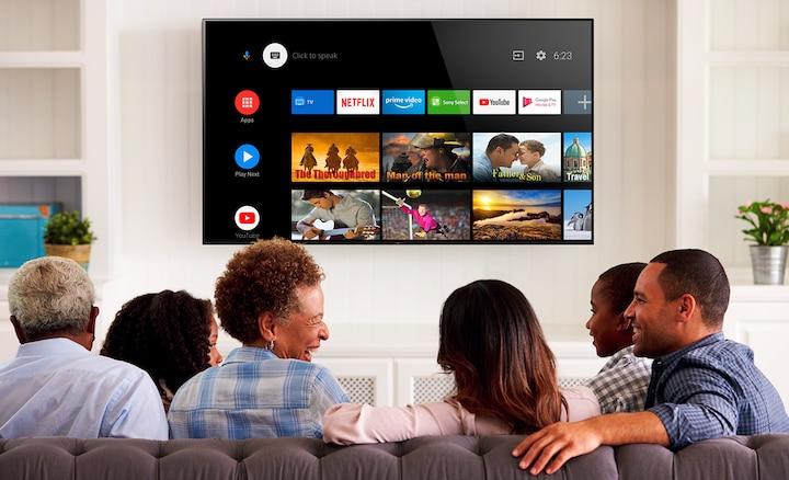 Семья выбирает развлечения на Android TV