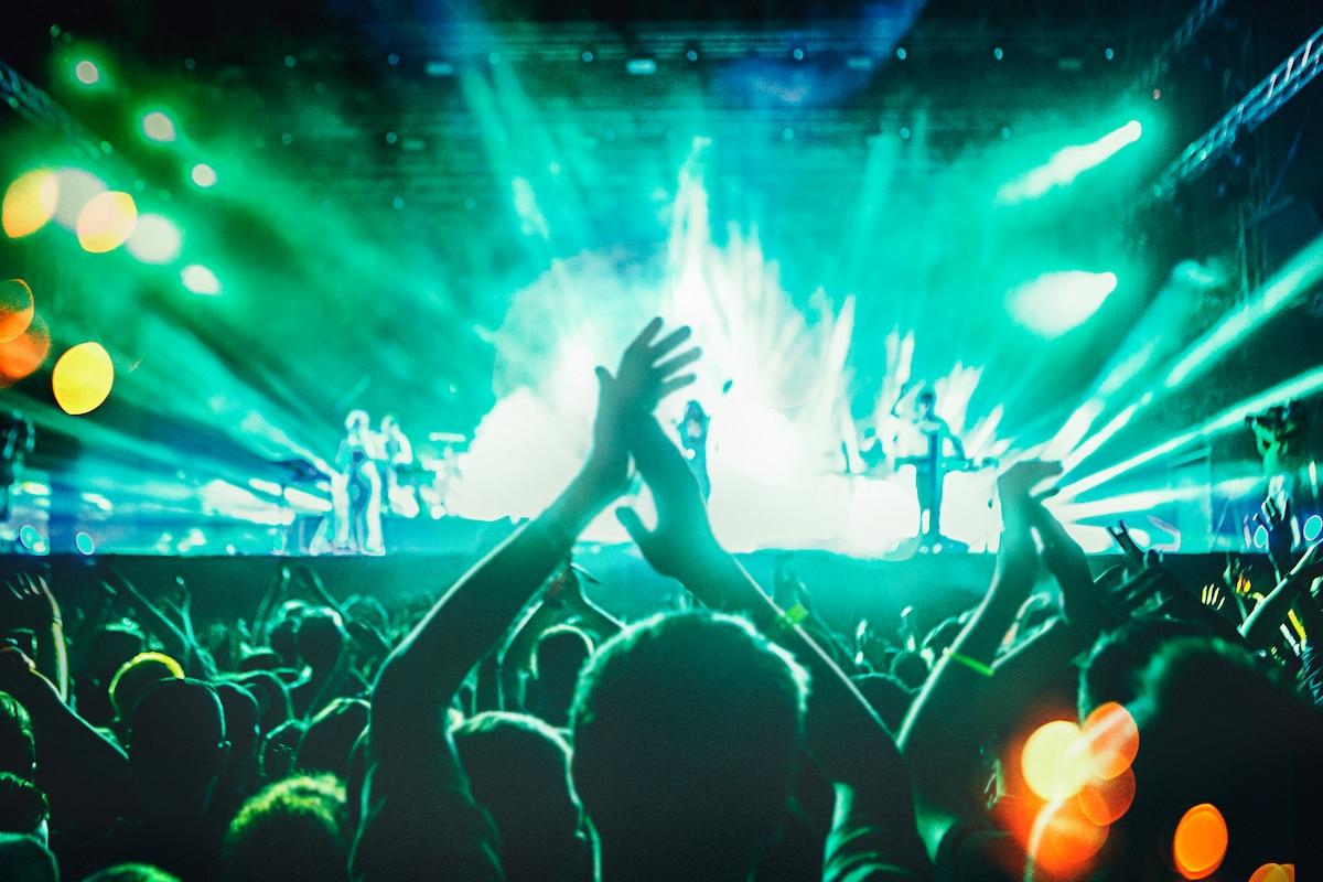 Люди танцуют на живом концерте.