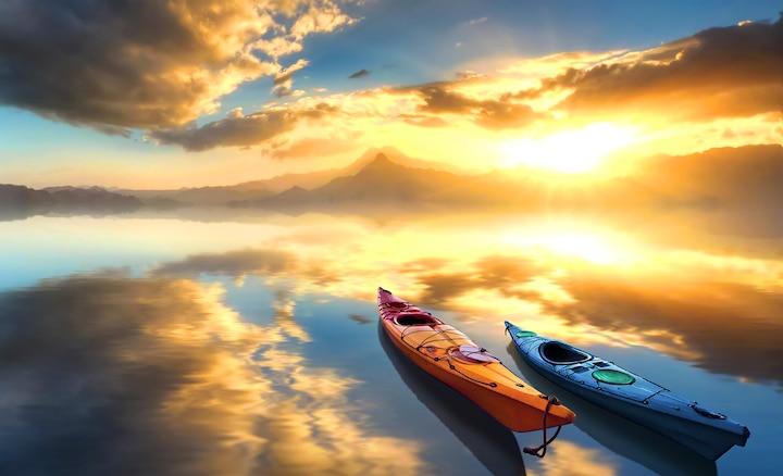 Два каное на озере на восходе солнца