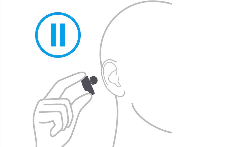Изображение человека, который вынимает наушник из уха