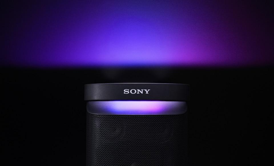 Изображение акустической системы XP700 с технологией X-Series с включенной подсветкой.