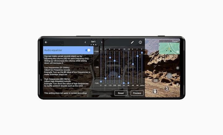 Экран смартфона с звуковым эквалайзером поверх игры