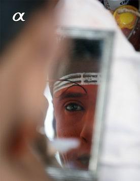 Узнайте, почему Леонид Круглов был вынужден фотографировать отражение в зеркале на экзотическом празднике Тейям. Люди и боги, или В поисках сильного образа