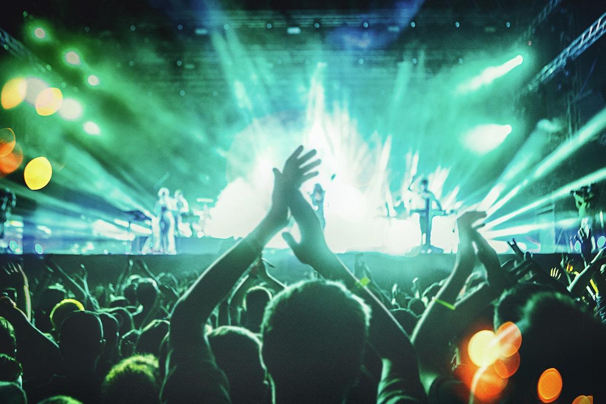 Изображение людей, танцующих на музыкальном концерте.