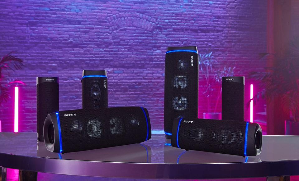 SRS-XB33 на столе с другими моделями с поддержкой Bluetooth