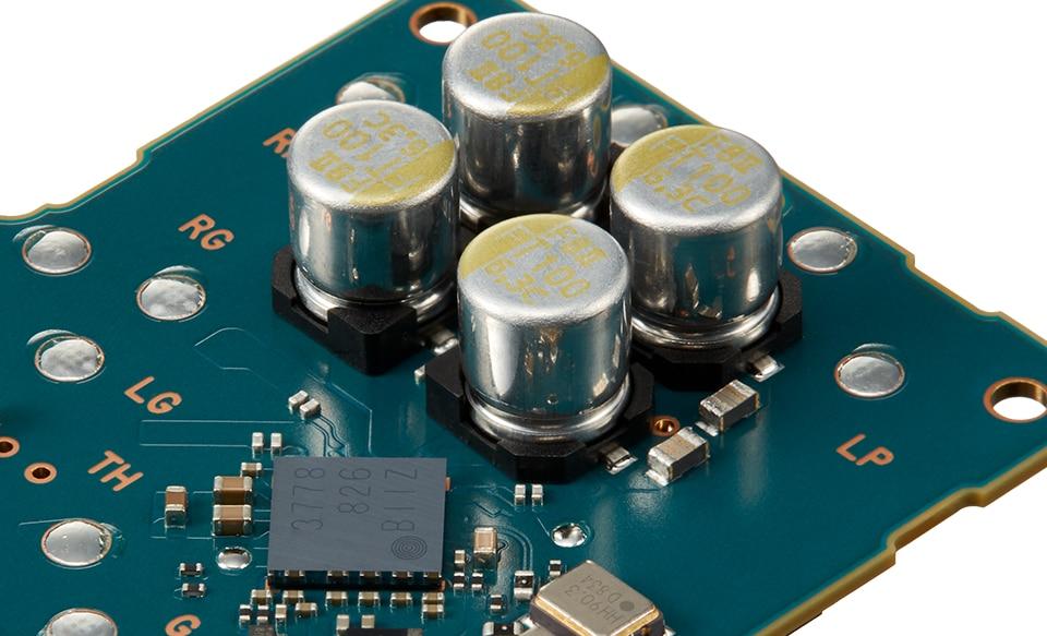 Крупный план печатной платы с конденсатором FT CAP