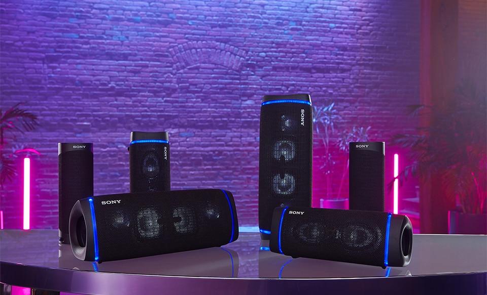 SRS-XB23 на столе с другими акустическими системами от Sony, совместимыми с BLUETOOTH®.