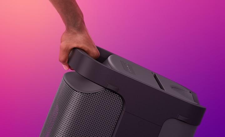 Изображение руки, которая держит акустическую систему XP700 с технологией X-Series за удобную ручку, расположенную на задней панели.