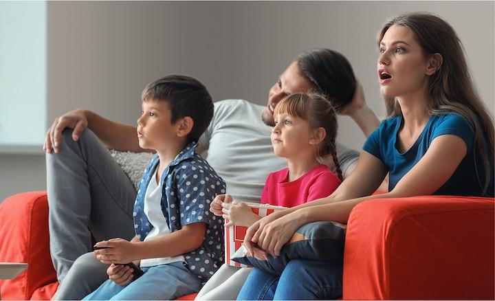 Семья смотрит фильмы