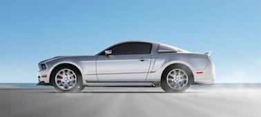 Изображение автомобиля в движении, демонстрирующее четкость картинки благодаря технологии OLED XR Motion Clarity