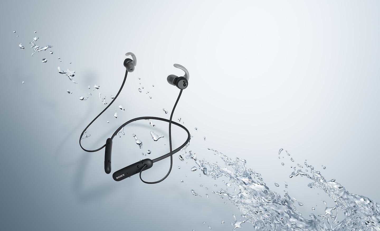 Черные наушники WI-SP510 в брызгах воды