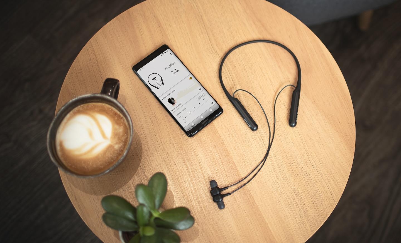 Наушники WI-C600, подключенные к смартфону для демонстрации интерфейса приложения Sony | Headphones Connect