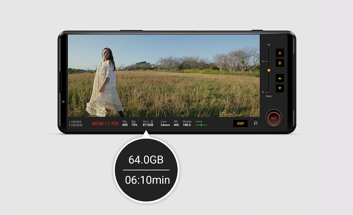 Xperia 5 III используется для съемки видео с женщиной на фоне природы; показываются детальные сведения: свободная память и остаток времени для записи.