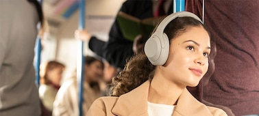 Человек в наушниках WH-1000XM4 в поезде