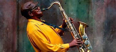 Изображение музыканта, исполняющего произведение на концерте